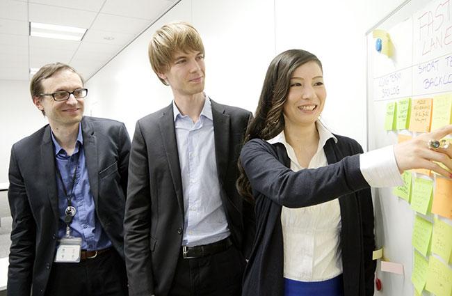 アジャイルセンターのメンバー、エリックさん(左)、グレッグさんともにアジャイルの導入に取り組んでいる