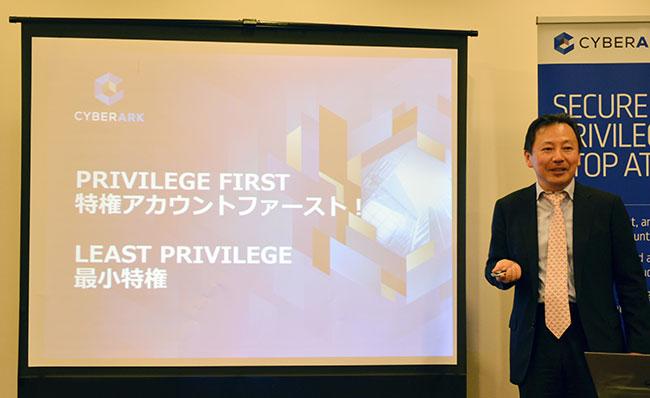 日本市場のビジネス展開について説明する本富顕弘・執行役員社長
