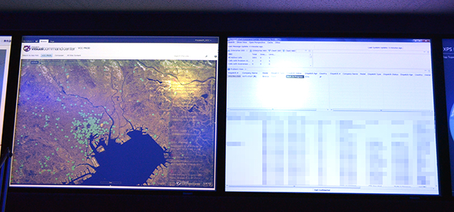 GCCの壁面モニター。左側は現在サポートを行っている顧客の所在地、右側にはサービスの状況を表示。基準時間を超えると画面上部のアラートエリアに表示が出る