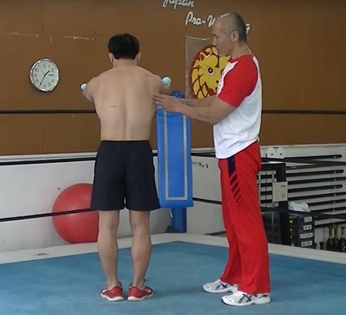(2)力を入れたまま、両手を前に伸ばして行きます。この際に、左右の肩甲骨が離れていくイメージで肩甲骨を広げます。広がる限界までしっかりと広げます。