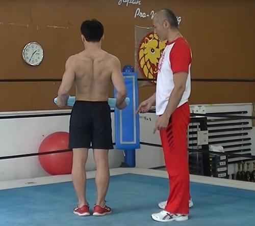 (3)肩甲骨が広がり切り、両手が前に伸ばされたら、今度は肩甲骨を閉じて行きます。肘を曲げながら両手を引く動作です。引いたタオルがおへその位置に来るようにします。あくまでも腕ではなく、左右の肩甲骨が閉じる動作がメインとなります。
