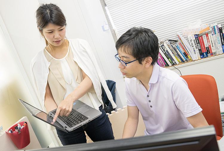 塩原さんはパソコンのトラブルから社内外のシステム、インフラまで幅広い業務を担当。