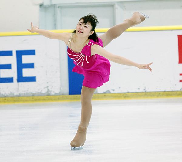 大人になってから再び始めたというフィギュアスケートはアマチュア大会に出場するほどの実力。