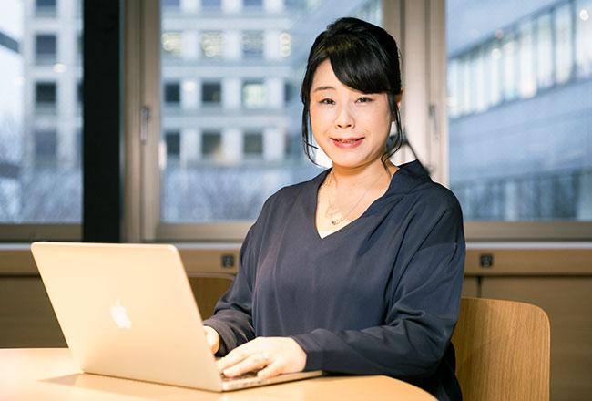 「社内の人にサービス精神を持って対応すること」を心がけているという秋山さん