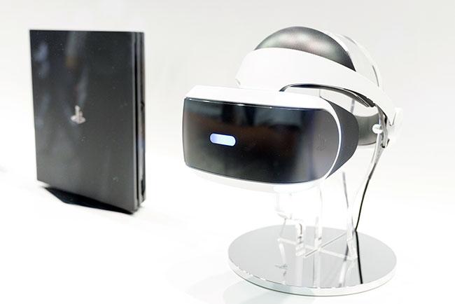 「プレイステーション4 Pro」(左)と「プレイステーション VR」