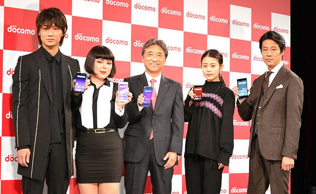 (左から)綾野剛、ブルゾンちえみ、吉澤社長、高畑充希、堤真一