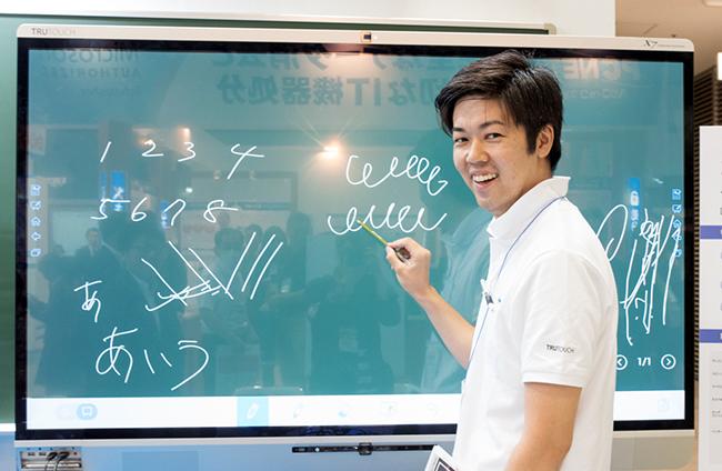 タッチスクリーンに描いてみせるフォースメディア第二営業部の大地博章氏