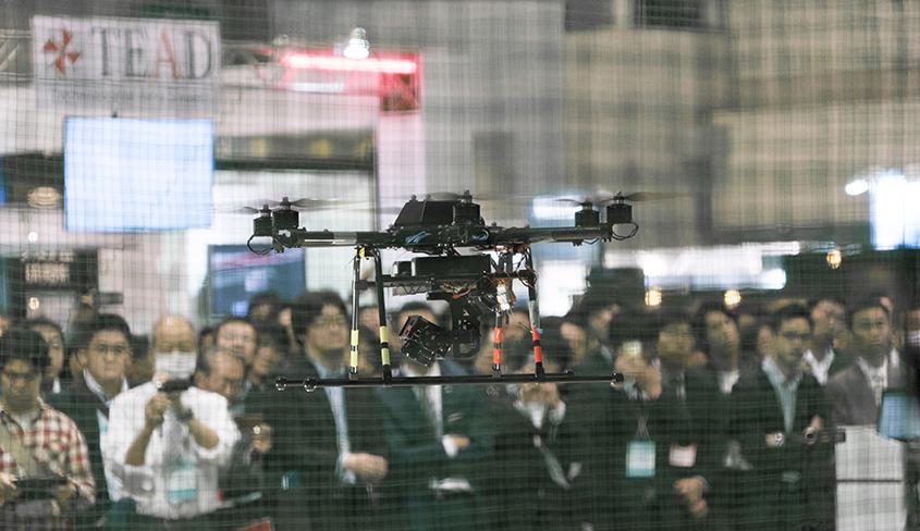 会場ではドローンの飛行デモも行われた。