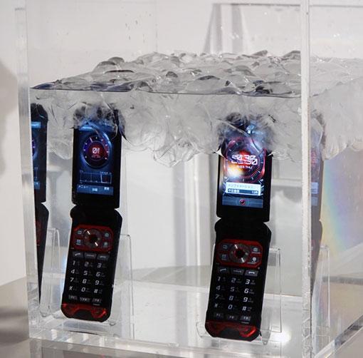 防水実験の様子。氷水の中に入れても利用可能