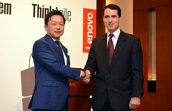 留目真伸・レノボ・ジャパン社長(左)と、ロバート・スチーブンソン・レノボ・エンタープライズ・ソリューションズ社長
