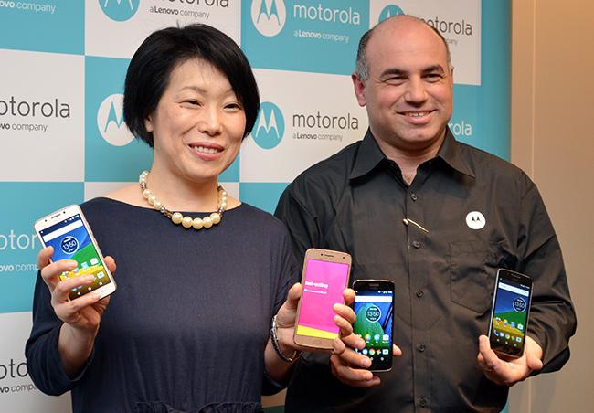 「Moto G5」「Moto G5 Plus」を手にする島田日登美・プロダクトマネージャー(左)とダニー・アダモポウロス社長