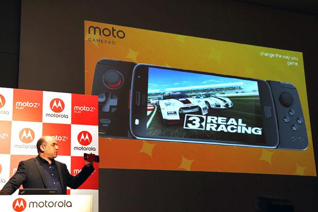 ダニー・アダモポウロス社長と、晩夏に発売予定のMoto Mods「moto GAMEPAD」