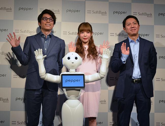 (左から)ロンドンブーツ1号2号の田村淳さん、益若つばさん、冨澤文秀・ソフトバンクロボティクスグループ社長