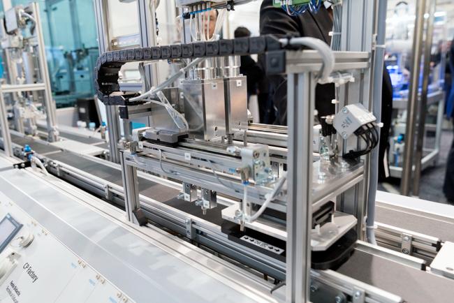 生産設備などの制御技術の展示も目立った