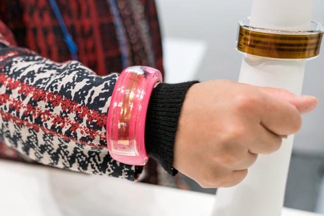腕に付けたところ。ファッションアイテムのように見える