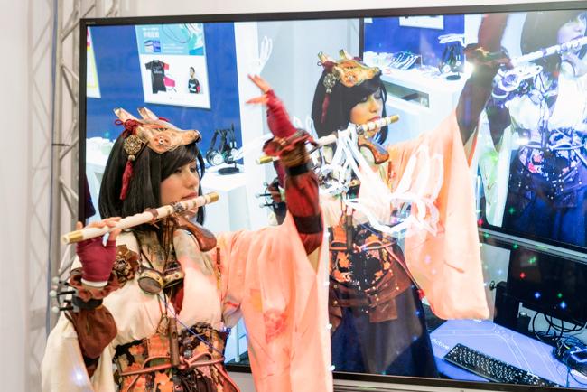 ヤマハとKAJI NYLONが出展したブースではシート状のセンサー「Stretchable Strain Sensor」を搭載した手袋を使って笛を演奏するデモを実施