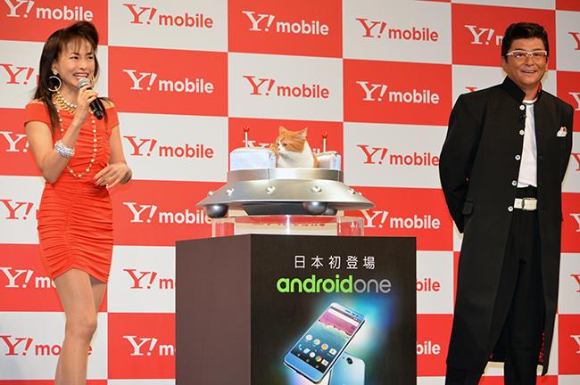 (左から)田中美奈子さん、イメージキャラクターの「ふてニャン」、哀川翔さん
